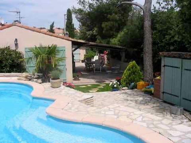 Chambre confortable et au calme absolu ds villa - Rousset - บ้าน