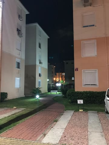 Quarto confortável em condomínio+estacionamento