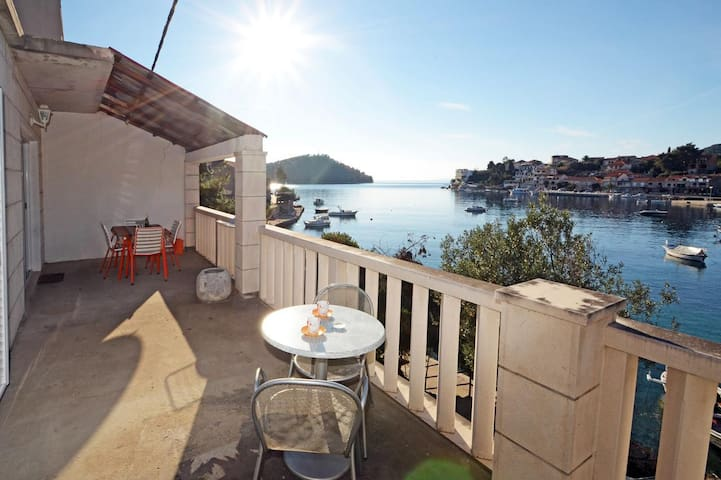 Three bedroom apartment near beach Brna, Korčula (A-4425-b)
