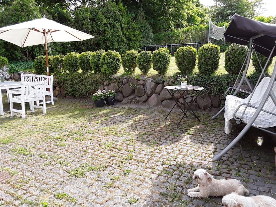 Ugeneret stor terrasse med gasgrill og havemøbler
