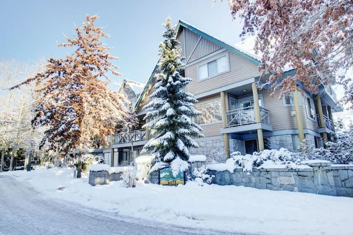 *NEW Whistler Village 2BR w Hot Tub- Walk to Lifts