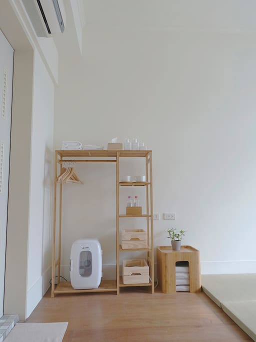 附小冰箱.熱水壺.吹風機.茶几&坐墊.茶杯.衣架