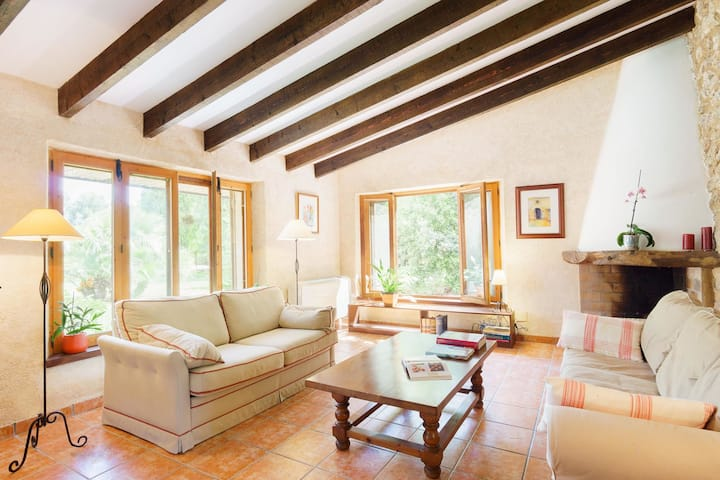 Well-kept farmhouse with separate guest house, private pool, terrace and Wifi