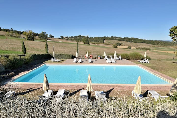 Ideal Base to discover all places in Tuscany! Strategic location between Siena and Florence and also between The main Chianti area and the Maremma area! Volterra, San Gimignano, Monteriggioni, Castellina in Chianti. Lot of beautiful natural reserves