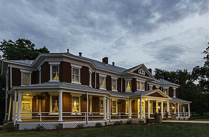 Grand Victorian Inn, Established 1885