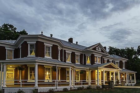 Grand Victorian Inn, Mammoth Caves & Corvettes - Park City - Bed & Breakfast
