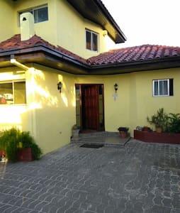 Habitaciones en casa acogedora cerca del centro