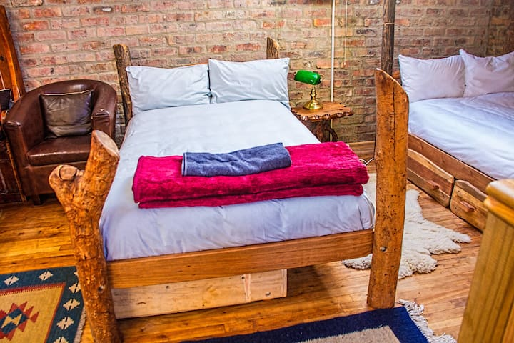 Two loose standing 3/4 size Tree beds and 2 sets of bunk beds gives six people a comfortable night