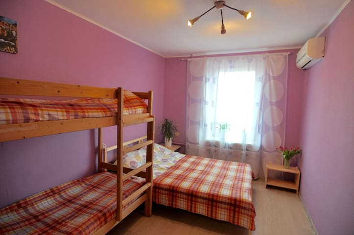 Cozy family room near metro station Kurskaya