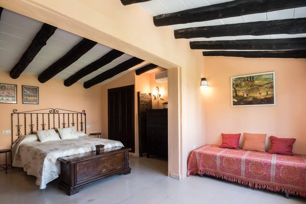 Habitación principal  con cama supletoria.