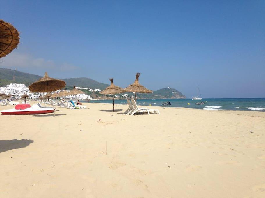 Plage de sable blanc , location jet ski , pédalo , transat & parasol