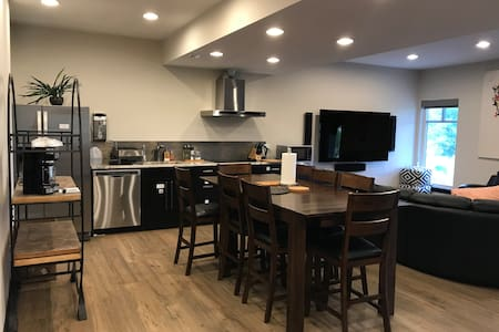 Lake n lawn 2 Bedrooms 10mins to UofM 1700ft2