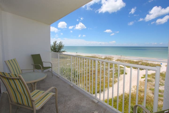Private & Quiet! Steps to White Sandy Beach - Private Balcony - Free Parking - 5th Floor Gulf Views