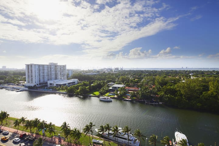 Fontainebleau Hotel 15th Fl Corner 1 Bedroom Suite Free Spa Access and Valet
