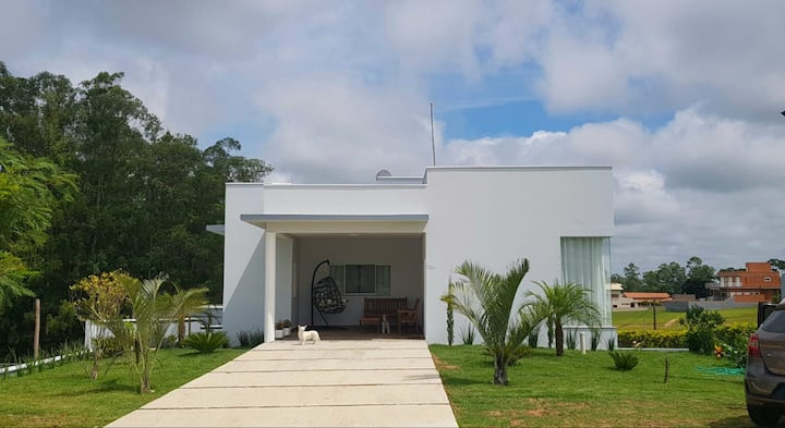 Linda casa de campo (cond. fechado) | 3 suítes