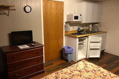 Queen bed, Recliner, Kitchenette, Pets Allowed!
