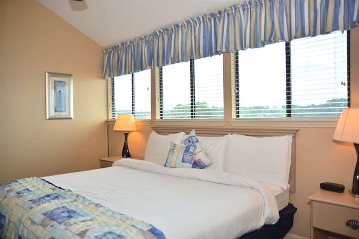 Waterfront Condo with panorama bedroom, living room and balcony views