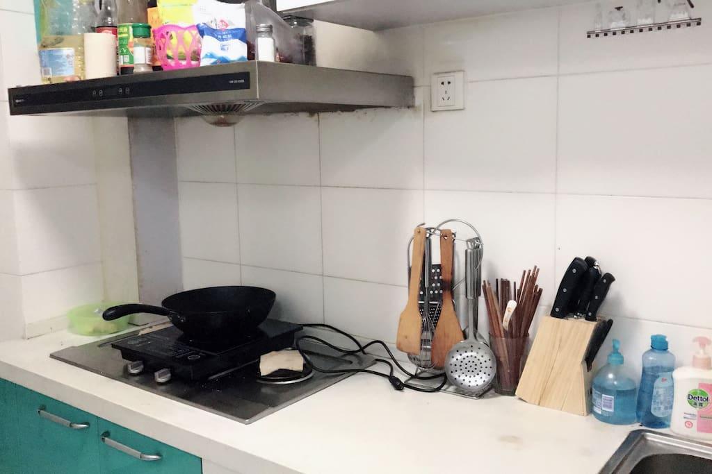 干净的厨房,刀具和锅铲都是一整套的,你可以一显厨艺!