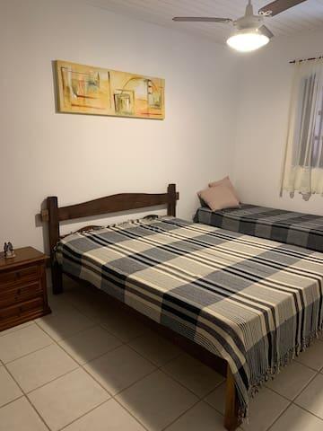 Suite 3 com cama de casal e uma cama de solteiro