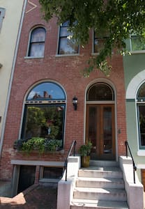 Historic Downtown, Sleeps 12+, Parking, Backyard! - Frederick - House