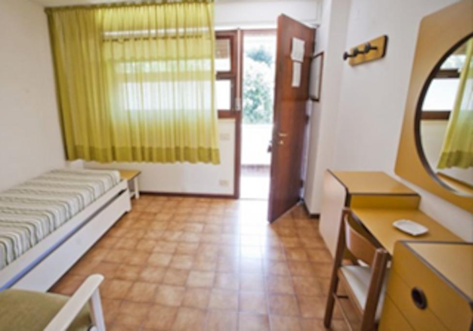Ingresso e camera con letto doppio