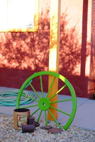Garden Paradise w/vintage hot tub + linen sheets - Twentynine Palms - Casa