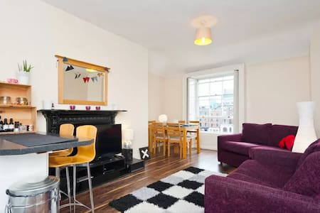 Welcome to your home away from home! At the very heart of Dublin's city centre, this apartment features all amenities you need. South-facing, it's extremely well exposed & offers stunning views over the Liffey.  Location couldn't be beaten!