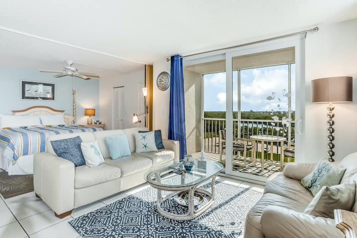 Romantic retreat for two w/ private balcony, shared pool, tennis, & beach access