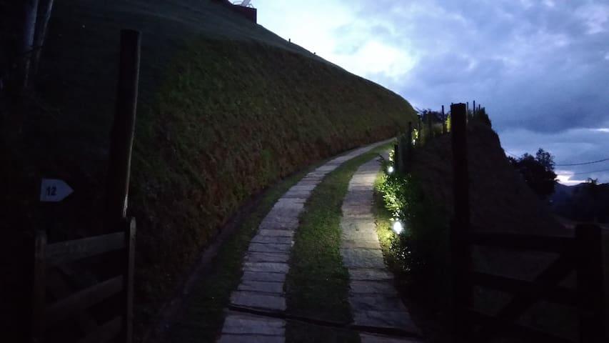 Acesso a casa com pista privativa de 53 metros de comprimento toda iluminada e cercada.