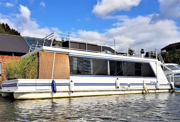 "Heated floating home + hot tub - ""Riverscapes"""