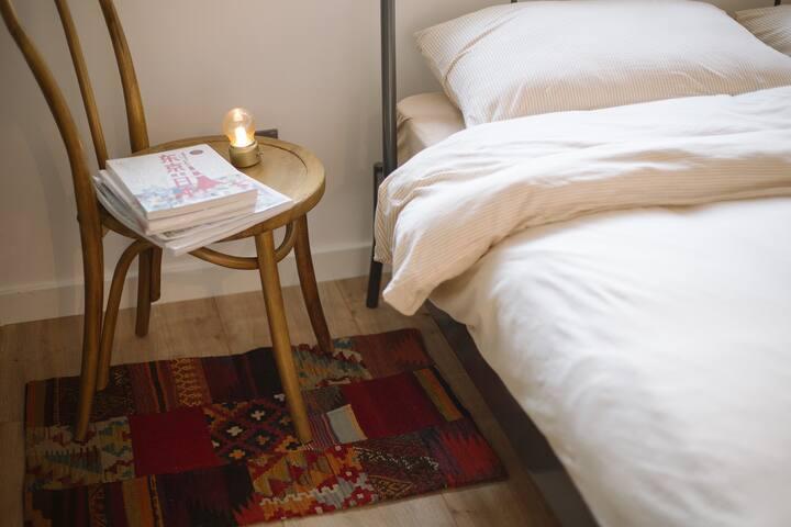 在Lockhouse里用了多种地毯,有一些是从土耳其带回来的人工羊毛毯,与日式实木椅搭配增添更日式vintage的氛围