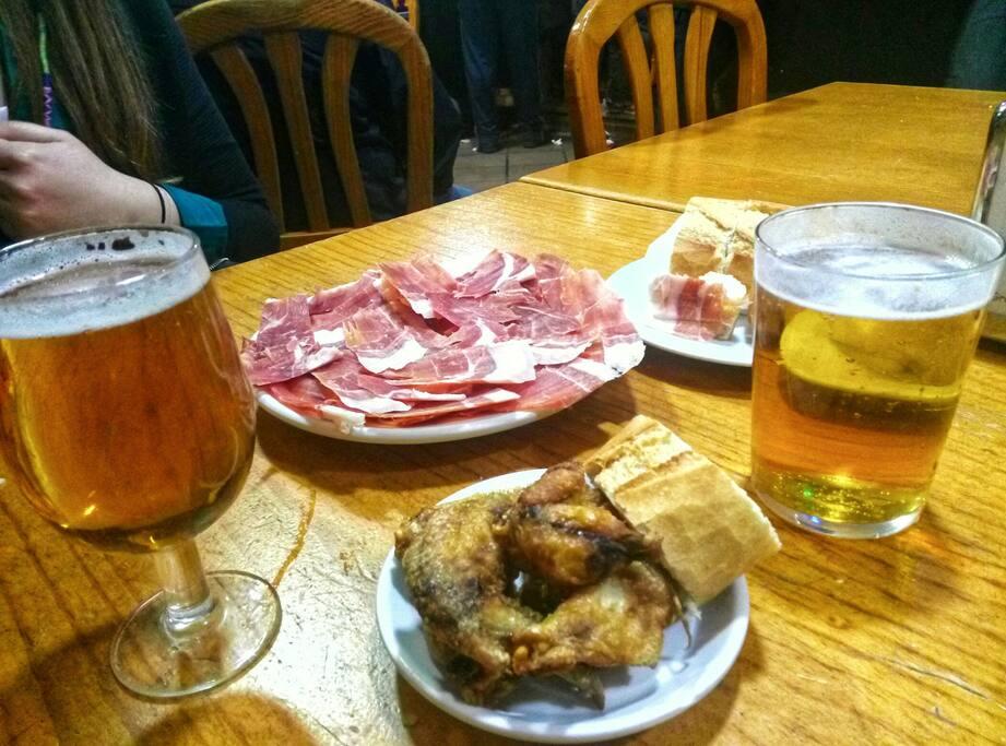Tapas y raciones del bar típico español cerca de casa