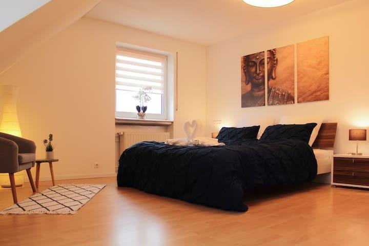 Ein gemütliches 1,80 m Bett steht für Dich bereit.