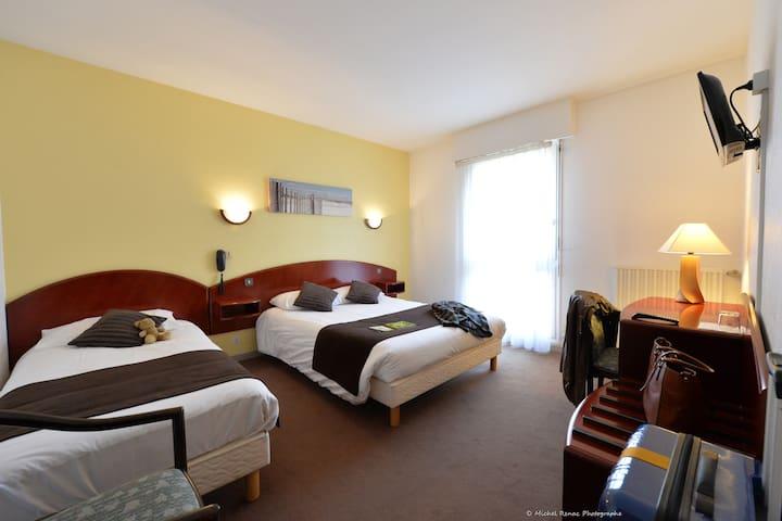Une chambre Triple à l'hôtel à côté de Vannes