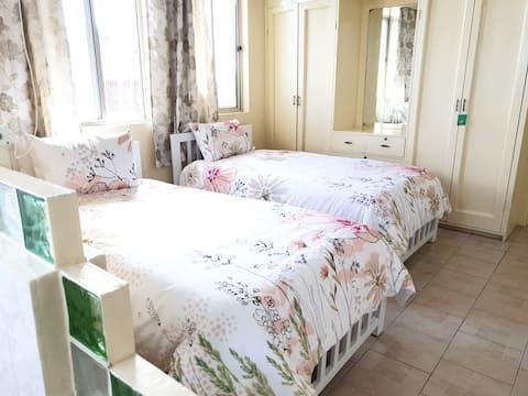 2 bedroom  & 2 bathroom sleeps 6 ( 2 folding bed)