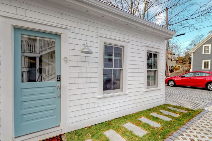 Cozy cottage in heart of downtown - walk to beach/Commercial St