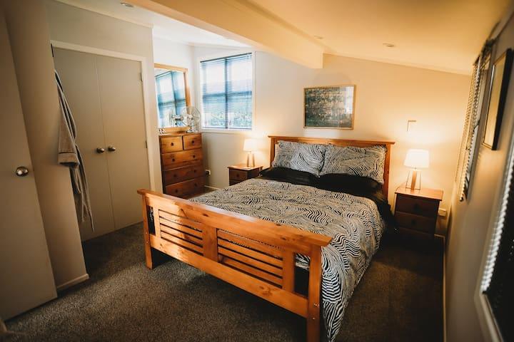 Queen Bed, beautiful home made breakfast