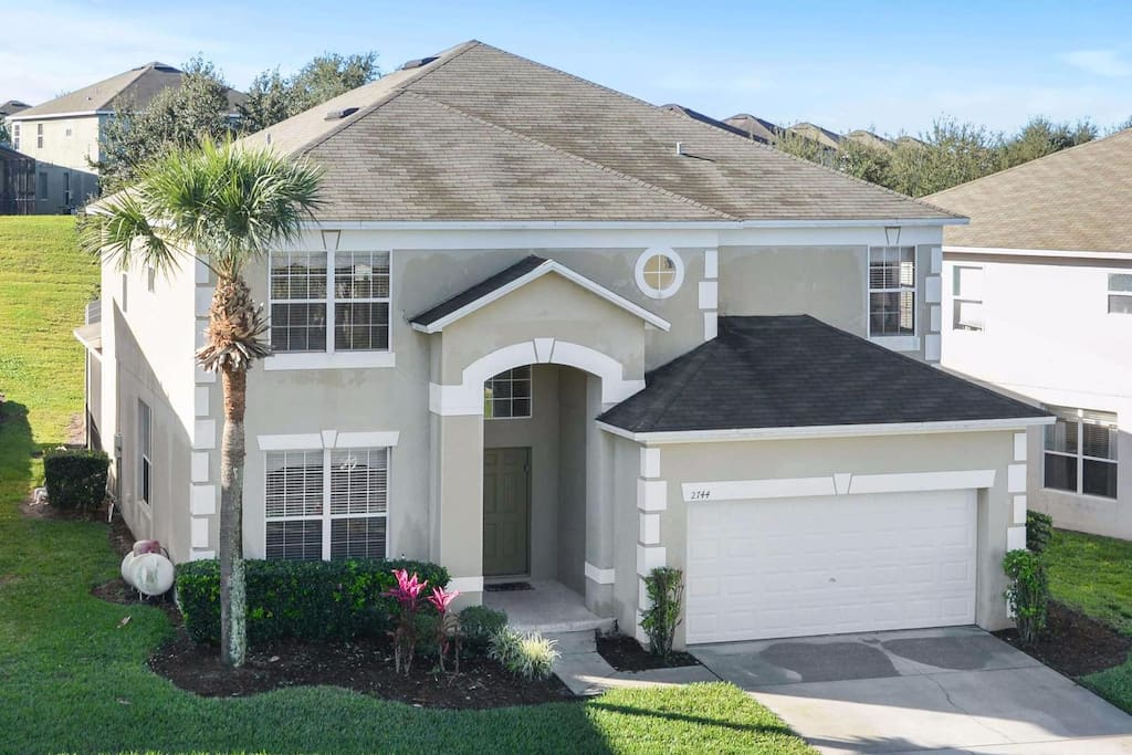 With 7 bedrooms and 4.5 bathrooms, this fully air-conditioned, elegant and spacious Orlando vacation home is perfect for family groups, sleeping up to 16 guests.
