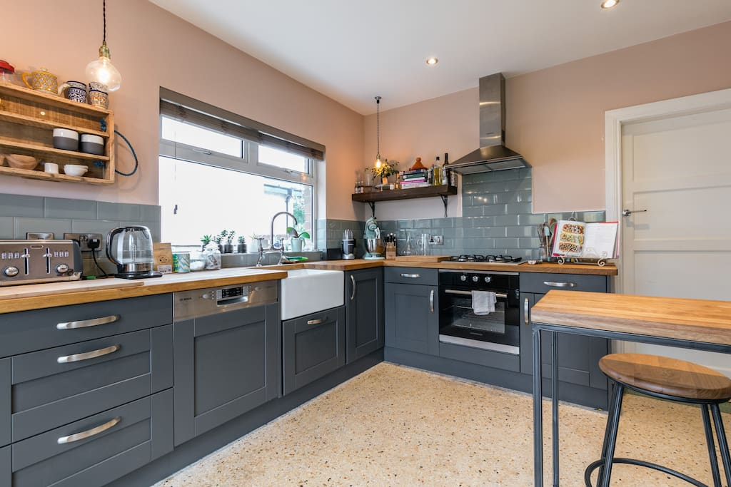 Quirky bungalow near airport citycentre titanic for Kitchen ideas northern ireland