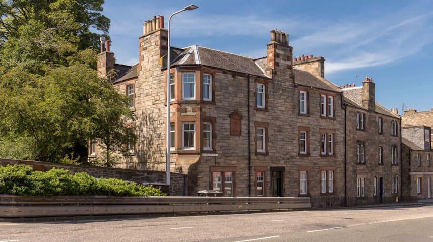 A Slice of Edinburgh Living Central Flat for Rent!