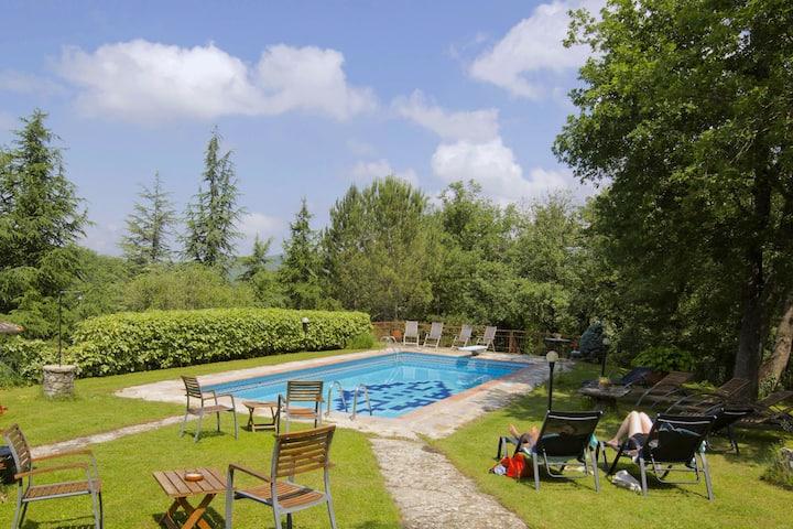 Caratteristico agriturismo con piscina a Radda in Chianti