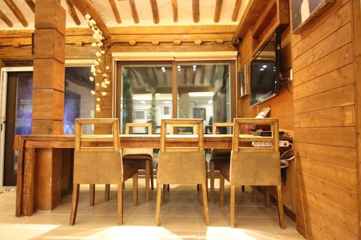 본채 한옥의 내부 거실로 별채 이용객에게 개방(이용시간 15:00~21:00), 커피 및 티 대접  (홈파티 가능-사전협의)