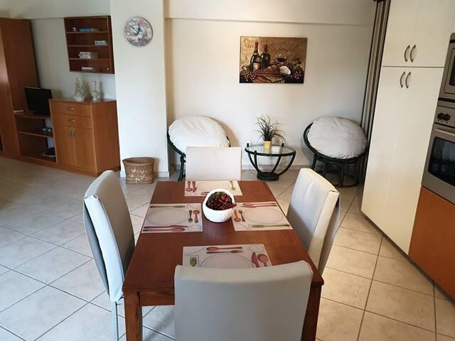 Το τραπέζι της κουζίνας / Kitchen dining room