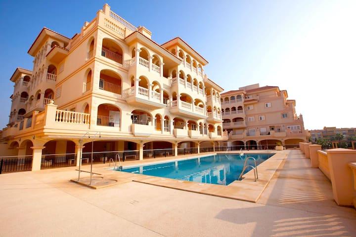 Apartamento Lujo en Almerimar: Playa, Golf y Sol