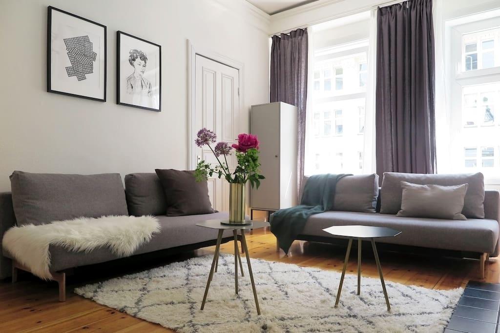 Wohnzimmer mit zwei Schlafsofas