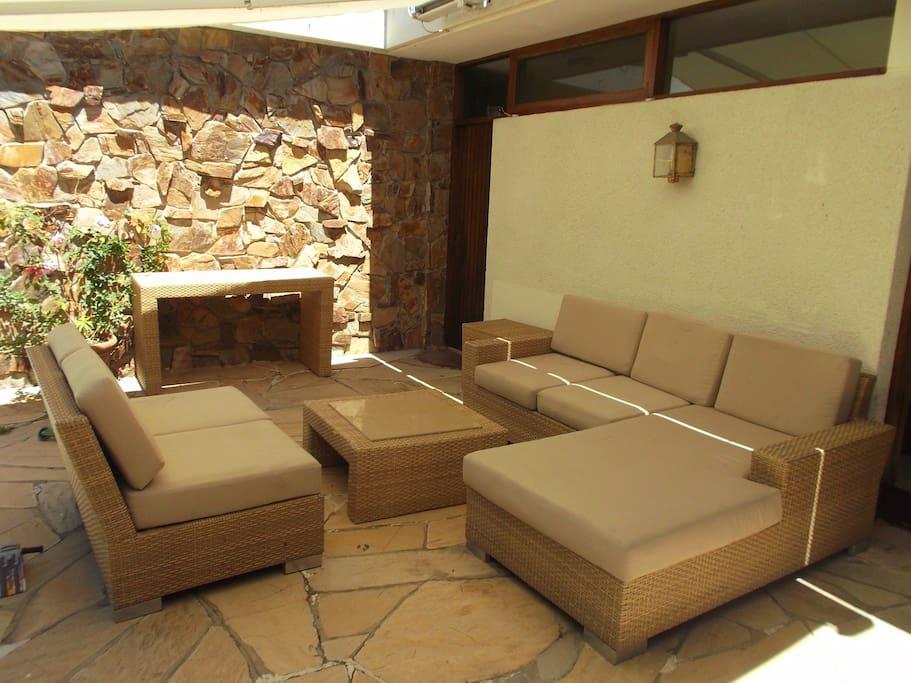 Comoda terraza  en jardin totalmente cerrado con toldo rebatible .
