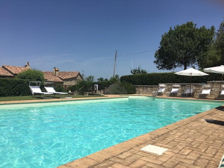 Izzalini di Todi, in Borgo privato con piscina