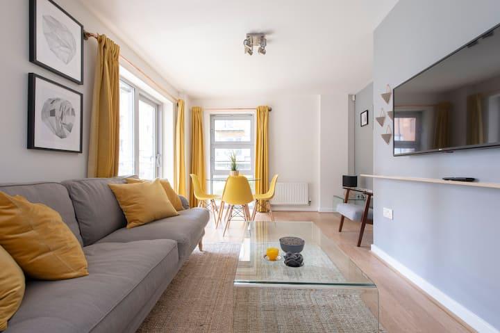 Modern 2 bedroom w/ concierge, balcony & parking!