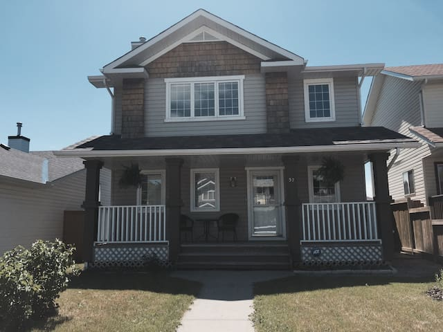 Fully furnished 4 bedroom house - Okotoks - Hus