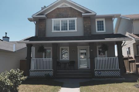 Fully furnished 4 bedroom house - Okotoks - Dom